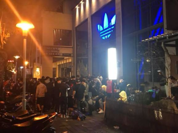 即時報導│愛迪達Hu Holi 聯名系列3/16在台上市,台中民眾連夜排隊